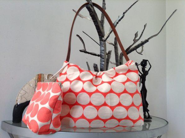 0ab6fb5644 Au siècle dernier, il s'est converti en un grand sac de vannerie ou de tissu  utilisé le plus souvent pour faire le marché.