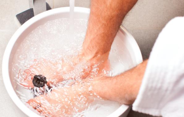 bain de pied eau tiede