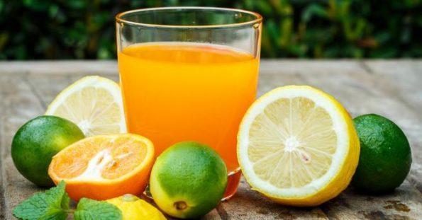 Les jus de fruits et les aliments acides