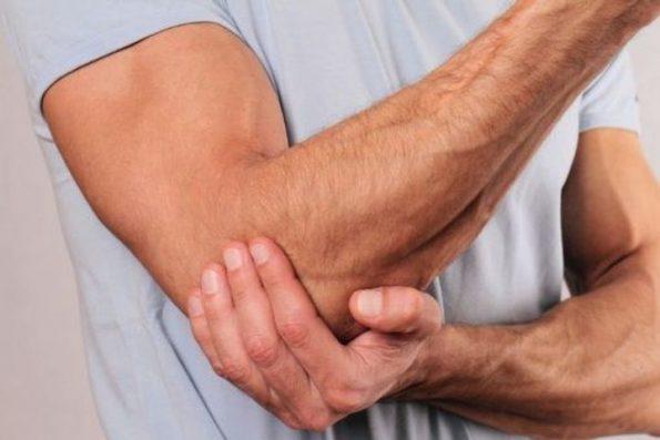 Ce malaise est lié à la pratique sportive très intense, un mouvement brusque ou à un geste répété. La tendinite est parfois handicapante lorsqu'elle atteint les tendons au niveau des épaules. Si vous êtes concerné par cette douleur, il existe des remèdes naturels qui peuvent la soigner dans l'immédiat. Vous trouverez également dans cet article les conseils pour la prévenir. La tendinite, c'est quoi? Ce terme désigne l'inflammation des cordons qui relient les os aux muscles. Elle se manifeste souvent au niveau des épaules, au poignet, au genou, à la cheville, mais aussi à la main. Les principaux symptômes sont : une sensation douloureuse au repos ou en mouvement au sein des articulations, un gonflement sur la partie concernée. Les personnes qui sont victimes de ce malaise sont les seniors qui ont les tendons moins élastiques et les athlètes qui font toujours les mêmes mouvements. Généralement, ce qu'il faut faire lorsque vous ressentez une douleur est de consulter un médecin, mais vous pouvez aussi adopter l'un de ces traitements naturels pour vous soulager. Une poche de glace congelée L'application d'une poche de glace congelée sur la partie endolorie est un antidouleur efficace pour calmer la tendinite. Malheureusement, elle ne la soigne pas. Elle agit instantanément grâce à son effet antalgique et vasoconstricteur puis apaise l'inflammation du tendon. Faites tout de même attention, il n'est pas recommandé de mettre directement la poche réutilisable sur la peau. Placez-la dans un tissu. Laissez reposer pendant 10 minutes et répétez 3 à 4 fois par jour. À défaut de poche, vous pouvez utiliser un glaçon et l'appliquer en mouvement circulaire. Le cataplasme d'argile verte C'est un excellent moyen pour atténuer la tendinite, en particulier s'il s'agit d'un gonflement ou de rougeur. En effet, l'argile verte a des propriétés naturelles anti-inflammatoires et décongestives. Ce cataplasme est conseillé pour les tendinites du coude, du genou et de la main, car vous aurez qu