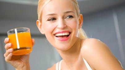 Boire un verre de jus d'orange bien frais