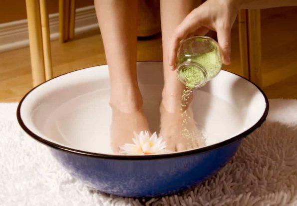 Miser sur une douche alternée et un bain de pieds